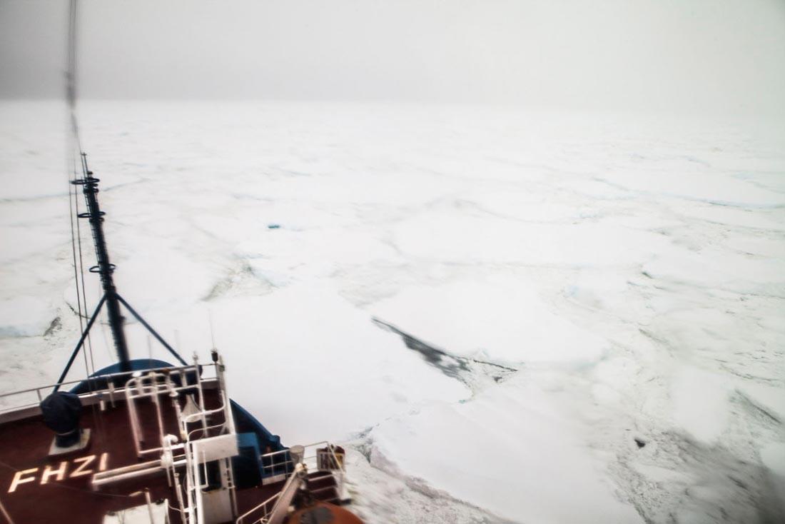 L'astrolabe pris dans les glaces non loin de Dumont D'Urville. Ses 6 000 chevaux ne lui permettent pas de  s'affranchir de la pression de gros amas de glace sur les flancs du navire. Le navire, de classe glace, affrete par l'IPEV, l'Institut Polaire Paul Emile Victor effectue le ravitaillement de la base DDU 5 fois par an.   66 eme parallele sud, Mer Dumont D'Urville, 11/02/2013 - ANTARCTIQUE.