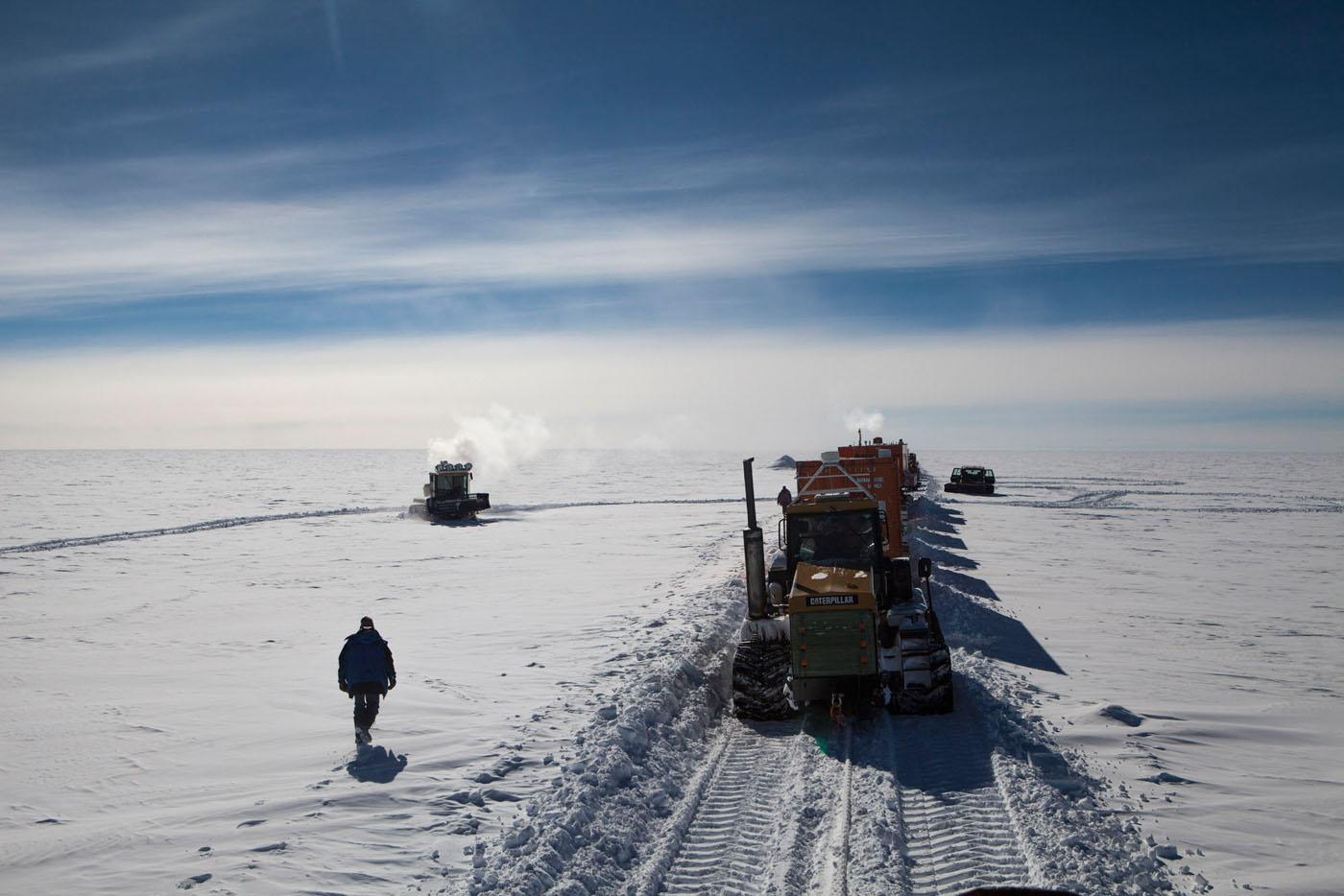 Le chef de Raid remonte le convoi lors de la pause du midi sur le raid de ravitaillement de la station Franco-Italienne Concordia. Antarctique, 02/02/2013