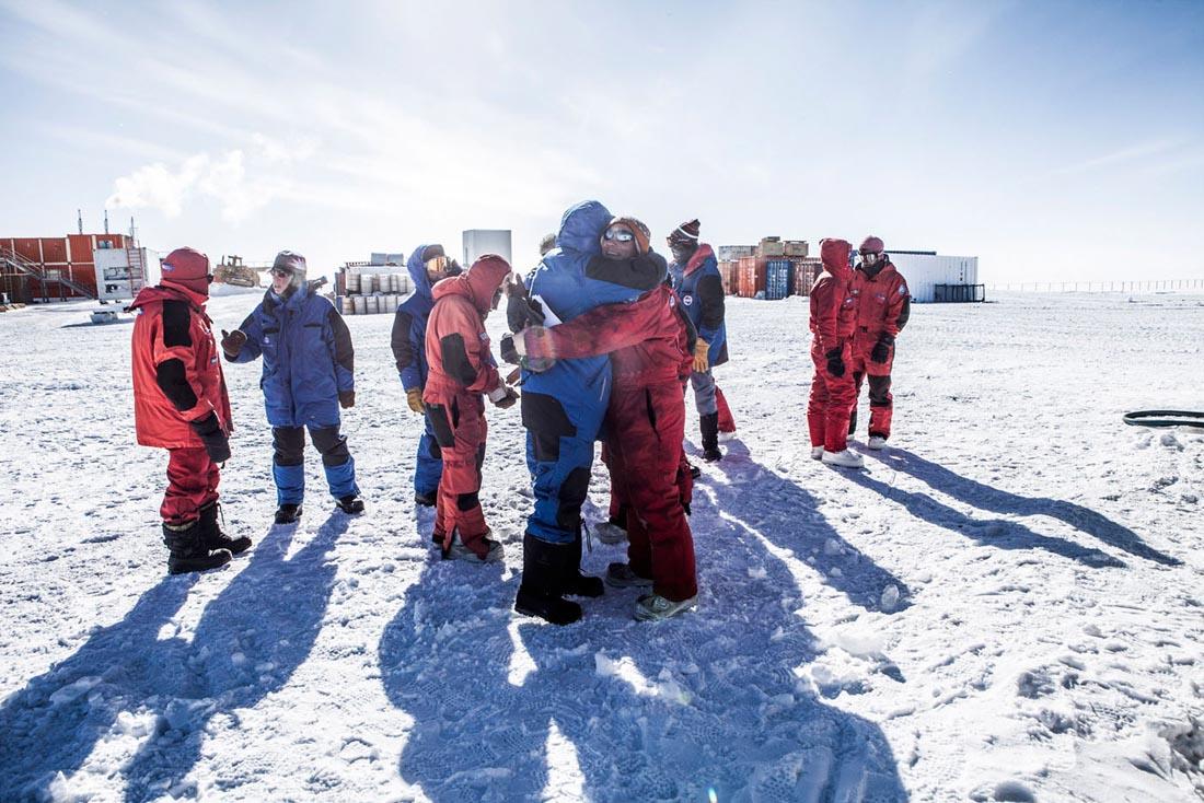 L'arrivee du raid a concordia. Ce convoi de ravitaillement vient de Dumont D'Urville situe a 1100 km sur la côte du continent. L'euphorie que represente ce moment est partagee par les membres de la station comme par ceux du raid.  La base Concordia situee au Dome C - 75 degre S -  sur le plateau Antarctique est une station de recherche permanente franco-italienne. Avec la base americaine Amundsen Scott au Pole Sud et la Russe Vostock, Concordia est une des trois stations à l'interieur du continent Antarctique. Elle a ete construite grace à une collaboration entre l'IPEV - Institut Polaire Français Paul-Emile Victor et l'institut Italien l'ENEA  Ente per le Nuove Tecnologie, l'Energia e l'Ambiente . Concordia, ANTARCTIQUE - 08/02/2013
