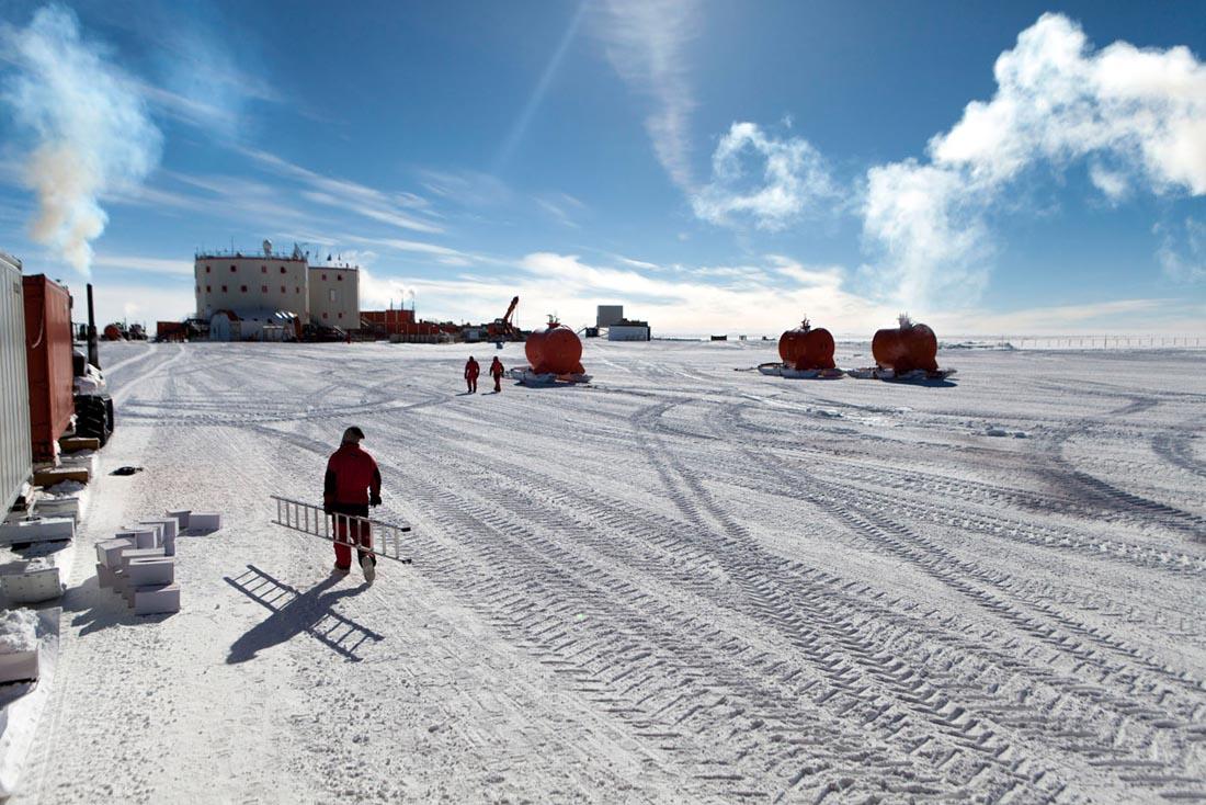 La base Concordia situee au Dome C - 75 degre S -  sur le plateau Antarctique est une station de recherche permanente franco-italienne. Avec la base americaine Amundsen Scott au Pole Sud et la Russe Vostock, Concordia est une des trois stations à l'interieur du continent Antarctique. Elle a ete construite grace à une collaboration entre l'IPEV - Institut Polaire Français Paul-Emile Victor et l'institut Italien l'ENEA  Ente per le Nuove Tecnologie, l'Energia e l'Ambiente . Concordia, ANTARCTIQUE - 08/02/2013