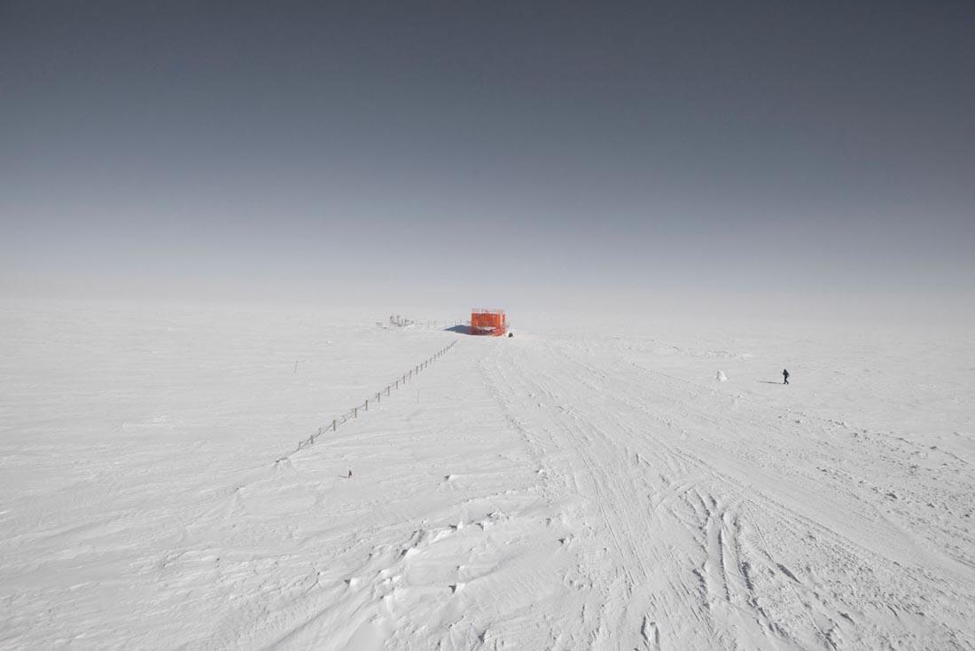 Les laboratoires sont disposes aux alentours de la station, ce qui limite les risques pour les chercheurs. Personne ne peut quitter la station sans etre equipe d'une radio. Durant l'hiver, lorsque le soleil ne se leve pas, la difference de temperature entre l'interieur et l'exterieur peut avoisiner les 100 degres : une simple chute, un egarement  peuvent etre fatals. La base Concordia situee au Dome C - 75 degre S -  sur le plateau Antarctique est une station de recherche permanente franco-italienne. Avec la base americaine Amundsen Scott au Pole Sud et la Russe Vostock, Concordia est une des trois stations à l'interieur du continent Antarctique. Elle a ete construite grace à une collaboration entre l'IPEV - Institut Polaire Français Paul-Emile Victor et l'institut Italien l'ENEA  Ente per le Nuove Tecnologie, l'Energia e l'Ambiente . Concordia, ANTARCTIQUE - 08/02/2013