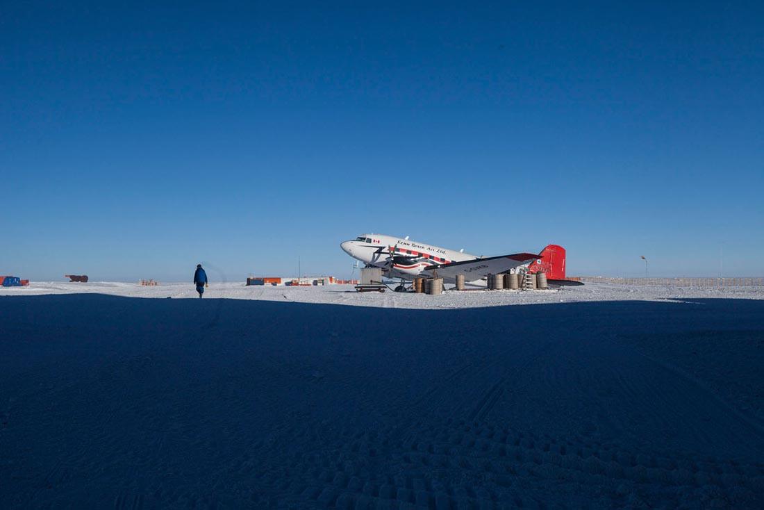 Le Dakota de la compagnie canadienne avant le decollage vers Dumont d'Urville. Concordia. Concordia, ANTARCTIQUE - 08/02/2013